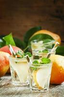 Birnencocktail mit Soda, Fruchtscheiben und Minze foto
