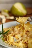 Pappardelle al Gorgonzola. Nudeln (Fettuccine) mit Gorgonzola, p foto