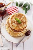 gesunde Haferpfannkuchen über weißem hölzernem Hintergrund foto