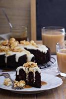 Schokoladenkuchen mit Cremeglasur und Karamell foto