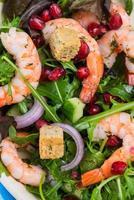 frischer Salat mit Garnelen und Granatapfelkernen