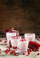 hausgemachter Joghurt mit Granatapfel foto