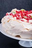 Pavlova-Kuchen mit Granatapfel foto