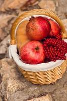 Herbstzusammensetzung von gelben Blüten, Haferkeksen, Apfel, Pu