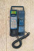 altes Handy auf altem Schreibtisch foto