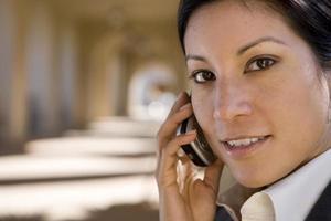 Geschäftsfrau spricht am Handy im Freien foto