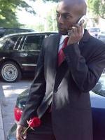 Mann im Anzug auf dem Handy foto