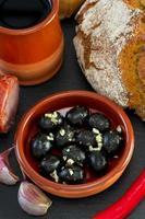 Oliven mit Knoblauch foto