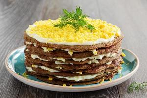 Kuchen Pfannkuchen aus der Leber mit Eiern und Gemüse. foto