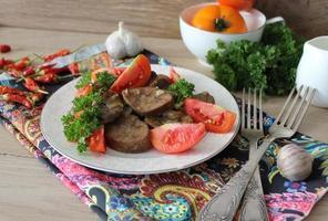 Schweinefleischniere mit Zwiebeln und Knoblauch foto
