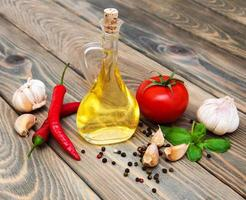 Olivenöl, Basilikum, Tomate und Knoblauch foto