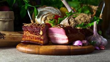 geräuchertes Fleisch mit Knoblauch foto