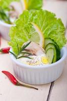 frischer Knoblauchkäse-Dip-Salat foto