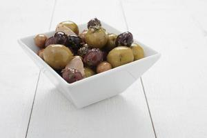 gemischte Oliven in Schüssel