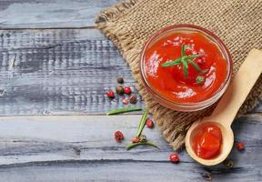Tomatenketchup mit Pfeffer und Knoblauch foto