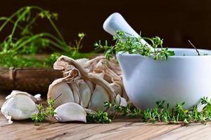 Knoblauch und grüne Gewürze foto