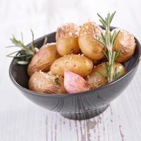 Ofenkartoffel und Kräuter foto