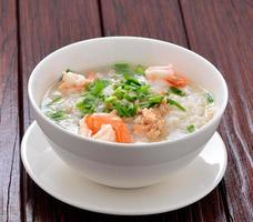 gekochter Reis mit Garnelen foto