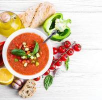 Tomaten-Gazpacho-Suppe mit Pfeffer und Knoblauch foto
