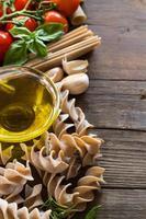 Olivenöl, Nudeln, Knoblauch und Tomaten foto