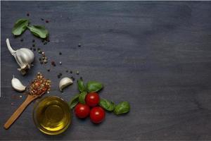 Tomate, Basilikum und Pfeffer mit Knoblauch foto