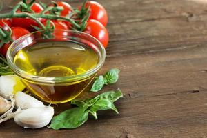 Olivenöl, Kräuter, Knoblauch und Tomaten foto