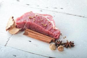 rohes Fleisch mit Kräutern dekoriert foto