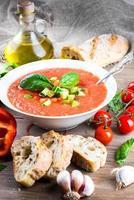 Tomaten-Gazpacho-Suppe mit Pfeffer und Knoblauch