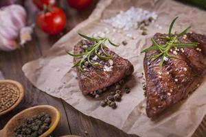 ausgezeichnetes gebratenes Rindfleisch, serviert mit Gemüse und Gewürzen