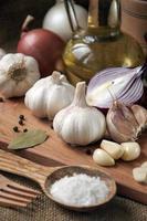 Knoblauch, Zwiebel, Koriander, Sesam, Pfeffer, Lorbeerblatt, Salz, Olivenöl, foto