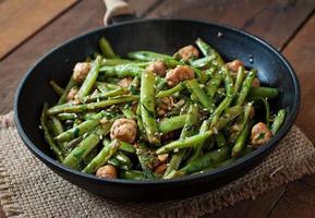 grüne Bohnen gebraten mit Hühnerfleischbällchen und Knoblauch nach asiatischer Art