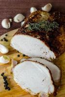 gebackenes Fleisch mit Basilikum und Knoblauch foto
