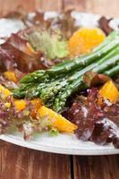 Spargelsalat mit Orangen und Hanfsamen foto