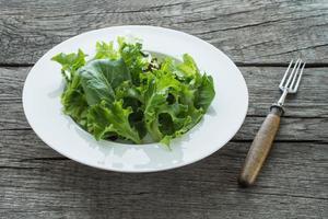 grüner Blattsalat auf einem Teller foto