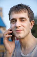 junger Mann mit Handy foto