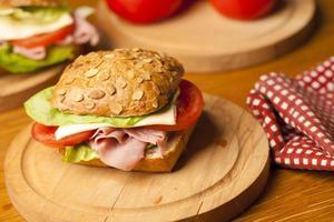 gesundes Sandwich mit Schinken, Salat, Käse foto