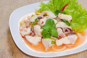 Tintenfischsalat mit Minze und Salat foto