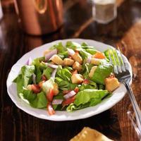 Salat mit Salat, Tomate und Croutons foto