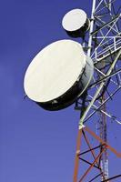 Telekommunikationstürme mit blauem Himmel foto