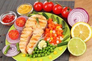 leckerer gegrillter Lachs mit Gemüse, Nahaufnahme foto