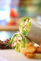 gesunde Wrap Huhn und Salat Porträt foto
