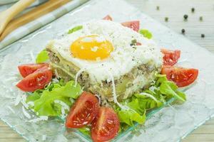 Griechisches Moussaka mit Ei auf der Oberseite foto