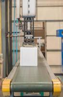 Industrieroboter, der in der Kunststofffabrik arbeitet foto