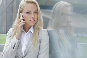 junge Geschäftsfrau unterhält sich am Handy