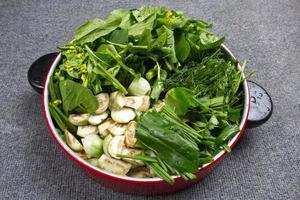 grünes Gemüse zum Kochen geschnitten foto