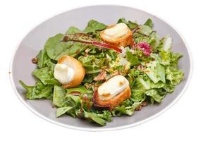 grüner Salat mit Ziegenkäse und Croutons foto