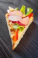 Sandwich mit Kuchen und Gemüse foto