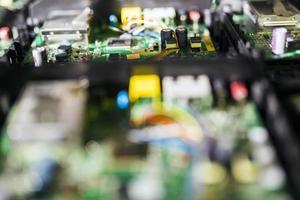 grüne Leiterplatte mit Chips, Halbleitern und Widerständen foto