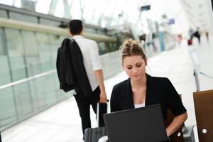 Geschäftsfrau in der öffentlichen Station, die mit Computer-WLAN-Bereich arbeitet foto