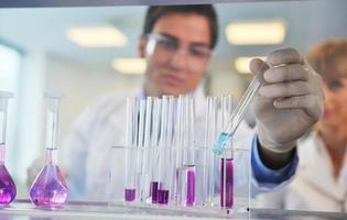 Wissenschaftsleute im hellen Labor foto